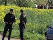 Kriminalisté ohledávají místo podél ulice K Netlukám v pražské Uhříněvsi, kde...