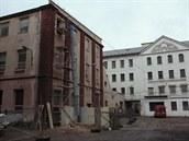 Budovy krnovské Karnoly. Do objektu vlevo se vrátily vzácné vzorníky látek,...