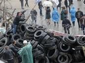 Proruští demonstranti na barikádách, které obklopují regionální úřad Doněcku...