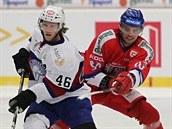 �eský hokejista Robert Kousal (vpravo) se pokou�í zastavit Mathise Olimba z