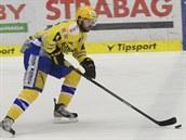 Zlínský hokejista Jaroslav Bala�tík uniká soupe�i z Komety Brno.