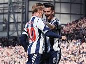 DOBRÁ PRÁCE. Liam Ridgewell (vpravo) z West Bromwiche gratuluje českému...