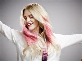Modelka Poppy Delevingneová v kampani pro vlasovou kosmetiku L'Oréal...