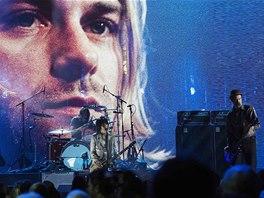 Rock'n'rollová síň slávy 2014 - členové Nirvany Krist Novoselic (vpravo) a Dave Grohl (za bicími) zahráli před portrétem Kurta Cobaina.