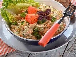 Rajčatový salát s bylinkovým sýrem