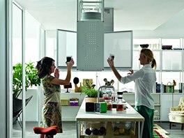 """""""Modulární"""" kuchyň s řadou volných polic využívá na skřínky kov. Zavěšené"""