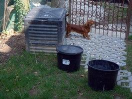 Kbelíky ze separační toalety čekají u kompostu na vyprázdnění.