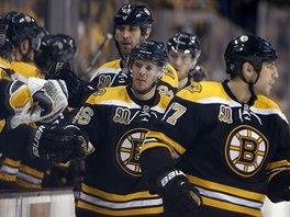 David Krejčí (46) slaví svůj gól se spoluhráči z Bostonu.