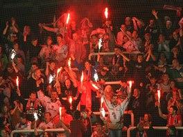 Olomoučtí hokejoví fanoušci si hrají s ohněm.
