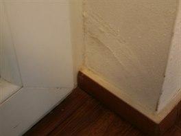 Dveře netěsní. Kvůli tomu je poškozeno vstupní ostění.