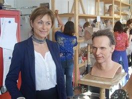 Ředitelka Grévin International Béatrice de Reyniés a hlava voskové figuríny...