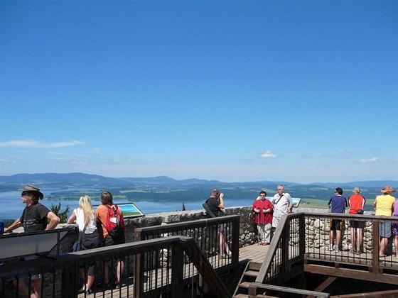 Oblíbeným rodinný výletem je zřícenina Vítkův Hrádek s nádherným výhledem na lipenské jezero i Alpy