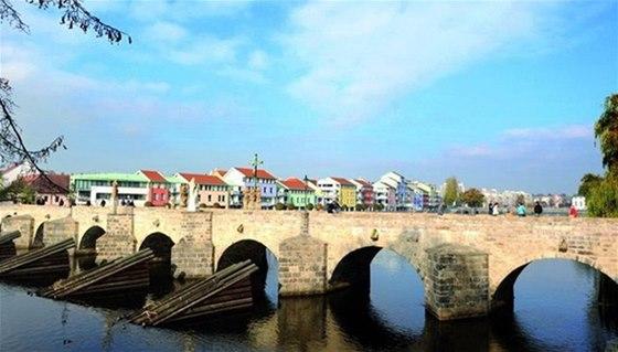 Kamenný most v Písku a nábřeží řeky Otavy