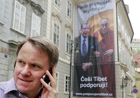 Martin Bursík a Kateřina Jacques vyvěsili ve Sněmovní ulici bilboard na podporu...
