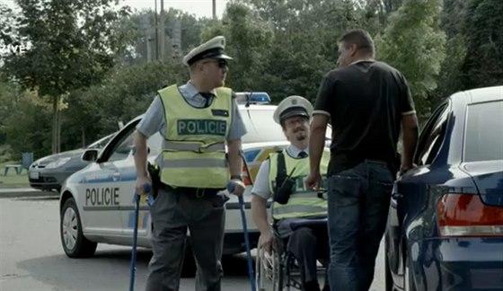 Herci Jan Potměšil a Petr Čtvrtníček se v klipu pro Konto Bariéry a Českou...