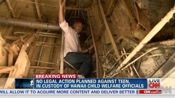 Reportér CNN v podvozkové šachtě Boeingu 767, kde by mohl mladík údajně přečkat...