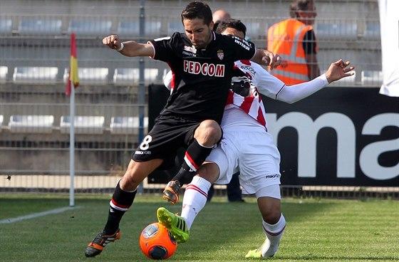 SOUBOJ O MÍČ. Benjamin Andre z domácího týmu Ajaccia (vpravo) bojuje o míč,...