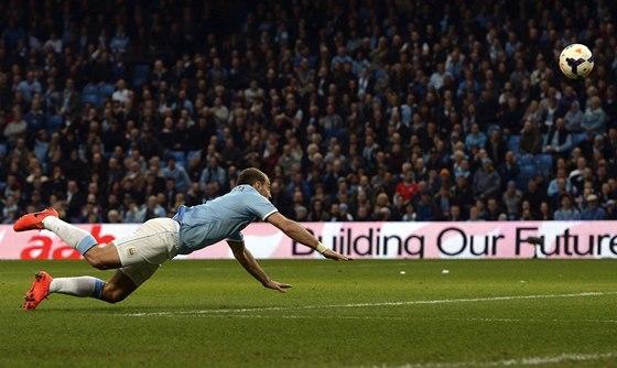Pablo Zabaleta d�v� jeden z g�l� Manchesteru City v utk�n� proti West
