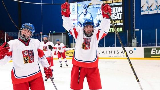 Čeští hokejisté do 18 let se radují z postupu do semifinále mistrovství světa.