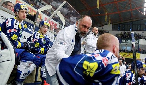 NEVZDÁME TO. Trenér Komety Brno Vladimír Kýhos udílí pokyny na střídačce.