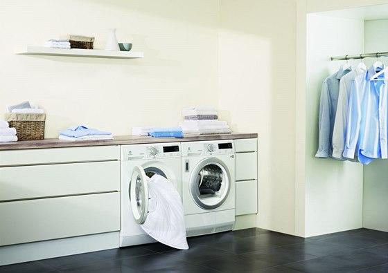 Pokud chcete žehlit co nejméně, je nutné vyjmout prádlo z pračky i sušičky