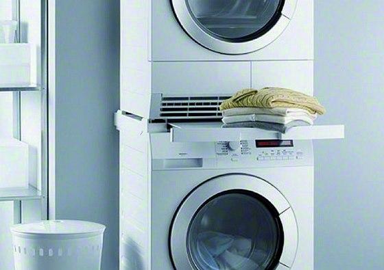 Při umístění pračky a sušičky na sebe se doporučuje použít takzvaný spojovací