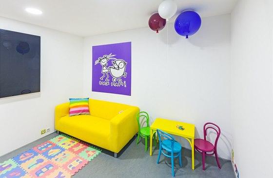 V dětském pokoji jsou dominantní výrazné barvy (židle Petit - TON - a lustry od