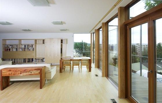 Hlavní ozdobou obývacího pokoje je panoramatický výhled, vybavení je střízlivé