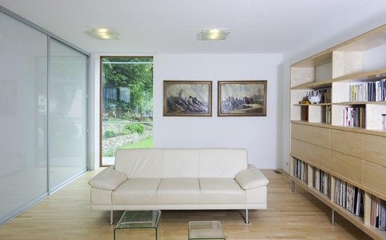 Vybavení celého interiéru architektka navrhla v kombinaci bílé barvy, skla,