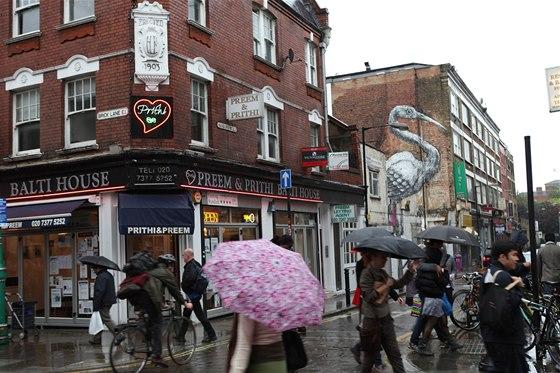 Angličané jsou od přírody otužilí, ale deštník je zde stále nezbytností.