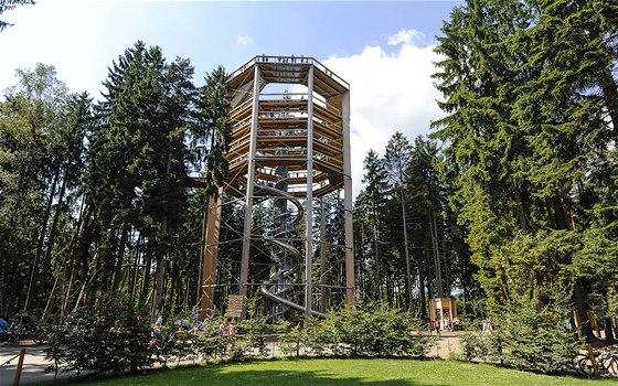 """Vyhlídková věž měří 40 m. """"Šnek"""" uprostřed je suchý tobogán."""