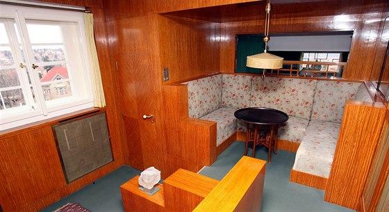 Dámský budoár má dvě úrovně oddělené schody. Centrum místnosti tvoří lampa z...
