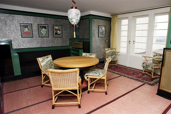 Jídelna je inspirovaná japonskými dřevoryty. Na podlaze leží japonská rýžová...