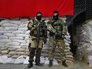 Proruští ozbrojenci před obsazenými budovami ve Slavjansku (21. dubna 2014)