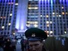 Stoupenci Ruska se veselí před obsazenými budovami místní správy v Doněcku (21....
