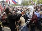 Pravoslavný kněz žehná davu stoupenců Ruska v Luhansku (21. dubna 2014)