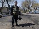 Ukrajinský voják hlídkuje v Mariupolu (20. dubna 2014)