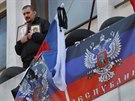 Stoupenec Ruska v obsazené radnici v Mariupolu (20. dubna 2014)