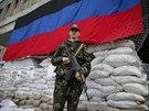Ozbrojený ruský separatista v centeu Slavjansku (24. května 2014)