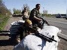 Příslušníci ukrajinských bezpečnostních sil hlídkují u Slavjansku (25. dubna...