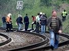 Hasiči a policisté na místě, kde skočila pod vlak Iveta Bartošová (29. dubna...