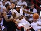 LeBron James (vpravo) se tlačí přes Michaela Kidda-Gilchrista z Charlotte.