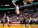 Hvězda Miami LeBron James a jeho povedená smeč v souboji s Charlotte.