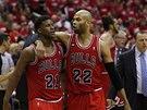 SNÍŽENO. Basketbalisté Chicaga Jimmy Butler (vlevo) aTaj Gibson po výhře na