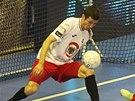 ŠANCE. Chrudimský Brazilec Felipe se v pádu snaží neúspěšně dorazit míč do