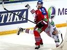 TVRDÝ NÁRAZ. Hokejisté Lva a Magnitogorsku (bílá)  v šestém finále KHL