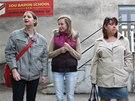 Studentky Tereza Fixová a Aneta Kaczmarczyková (zleva) se v úterý ráno do školy