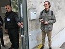 Libor Len�o (ve dve��ch) z krajsk�ho odboru �kolstv� v �ter� r�no vysv�tloval lidem, pro� je u�ili�t� zav�en�. U�itele Patrika Grygara (vpravo) do �koly nepustili. (22. 4. 2014)