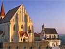 Průčelí kostela sv. Mikuláše ve Znojmě nejlépe uvidíte z hradního areálu
