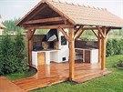 Zahradní kuchyně může mít udírnu, gril i kuchyňský dřez.